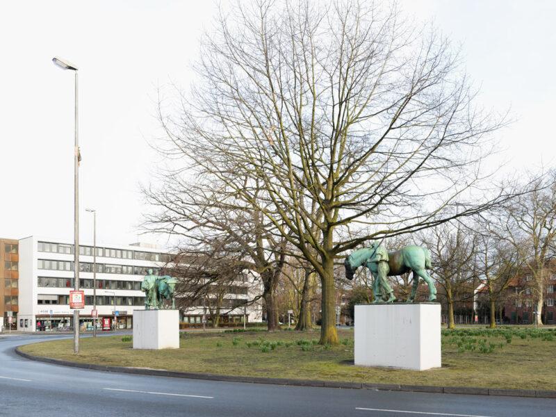 Ludgeriplatz Muenster, Knecht mit Pferd und Magd mit Stier