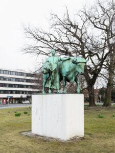 Knecht mit Pferd und Magd mit Stier, Carl Hans Bernewitz, 1912 / Rémy Zaugg, 1987 - Ludgeriplatz Muenster, 2016
